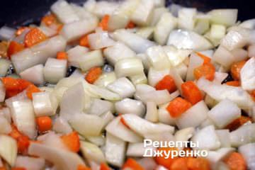 Добавить лук и обжарить его с морковкой