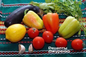 Інгредієнти: дорадо, лимон, солодкий перець, баклажан або кабачок, помідори, часник, зелень петрушки і селери, біле вино, оливкова олія, спеції