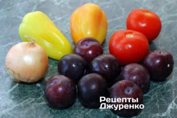 Ингредиенты: камбала, сливы, лук, помидоры, сладкий перец, оливковое масло, специи
