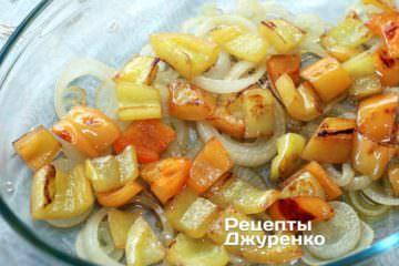 Выложить в форму жареный перец