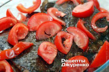 Сверху разложить помидоры