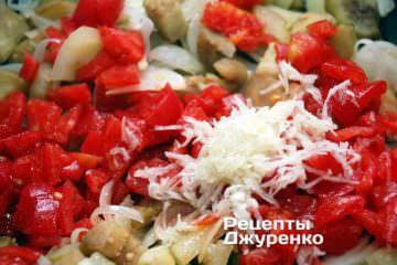 Добавить мякоть томатов и чеснок