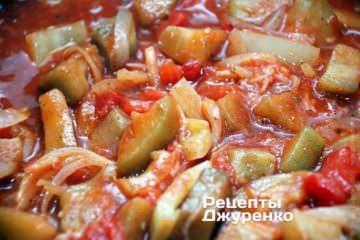 Влить томатный сок и тушить до готовности