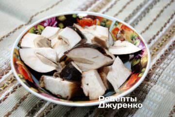Вымыть и крупно нарезать белые грибы
