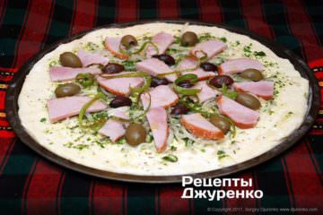 разложить оливки и перец