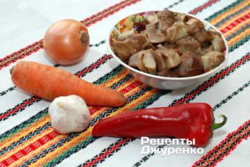 Інгредієнти: червоний рис, часник, свіжі гриби, цибуля, морква, червоний перець, оливкова олія, спеції