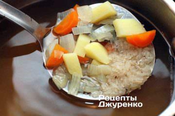 Бросить рис и варить почти до готовности