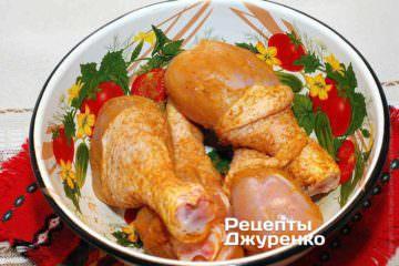 Посолить курицу и посыпать карри