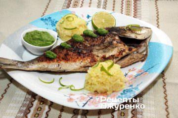 Викласти рибу і рис на тарілку. Додати соус