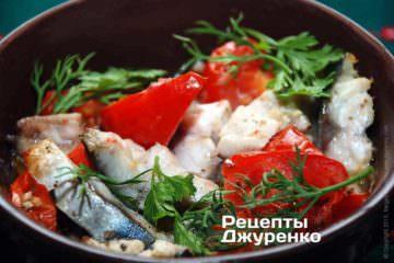 Фото к рецепту: запеченная скумбрия с помидорами