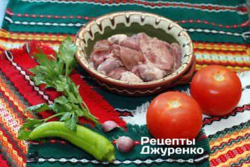 Ингредиенты: паста, куриные потрошка, помидоры, чеснок, острый перец, петрушка, оливковое масло, специи