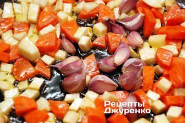 На оливковом масле обжарить морковку, сельдерей и зубчики чеснока