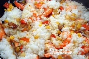 Смешать с сваренным рисом