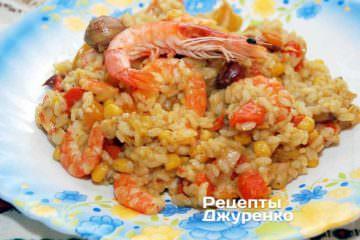 Выложить на тарелку рис с креветками и сразу подавать