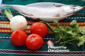 Ингредиенты: скумбрия, лук, помидор, чеснок, зелень (сборная), растительное масло, специи, картофель