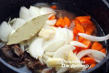 Добавить лук, морковку и лавровый лист