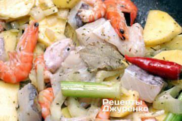 Обжарить рыбу и креветки