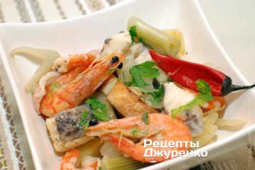 Положить в тарелку гренку, рыбу и овощи.