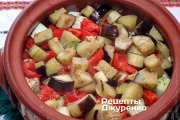 Викласти помідори і баклажани