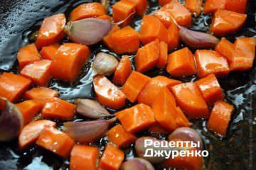 Обжарить на оливковом масле морковку и чеснок