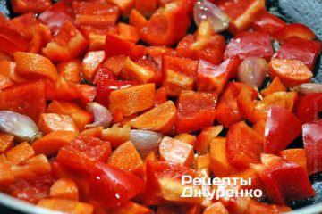 Добавить и обжарить нарезанный сладкий перец