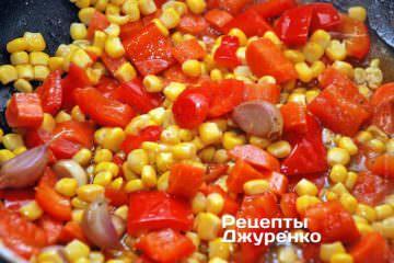 Добавить консервированную кукурузу и тушить овощи под крышкой