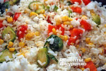 Смешать тушеные овощи с отварным рисом