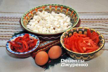 Испечь и нарезать сладкий красный перец