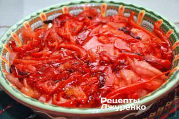 Разложить запеченный и нарезанный полосками перец