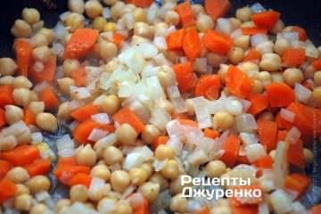 Поджарить лук на сливочном масле. Добавить вареные овощи