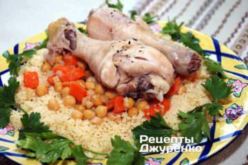 Поверх кускуса выложить овощи, затем курицу