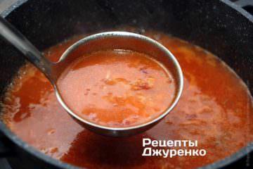 Добавить бульон и варить 10 минут