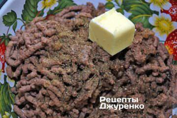 Додати до печеночному фаршу спеції і шматочок вершкового масла