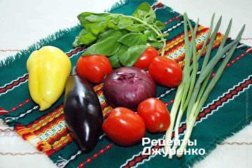 Ингредиенты: тесто для пиццы, баклажан, сладкий перец, помидоры, базилик, лук сладкий, зеленый лук, каперсы, пармезан, моцарелла, орегано