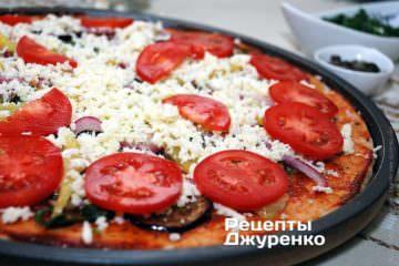 Розкласти кружечки нарізаного помідора
