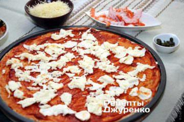 Разложить поверх пиццы моцареллу