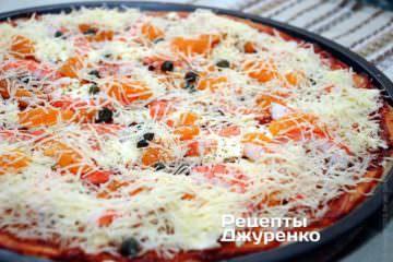 Посыпать пиццу тертым пармезаном