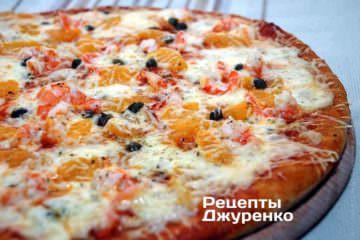 Фото рецепта новогодняя пицца — с креветками и мандаринами