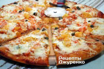 Разрезать пиццу роликовым ножом на 6-8 частей.