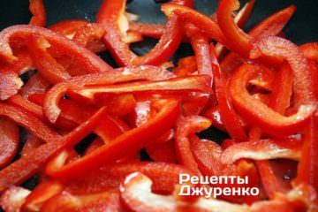 Обжарить сладкий перец на масле