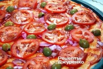 Разложить помидоры. маринованный лук и оливки