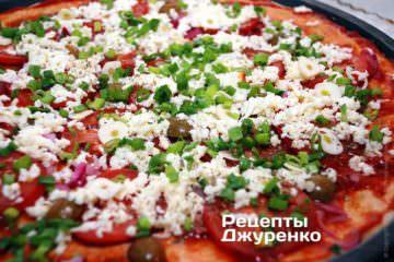 Посипати піцу нарізаною зеленою цибулею