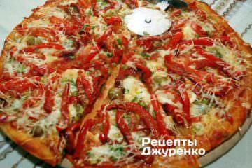 Разрезать пиццу специальным ножом