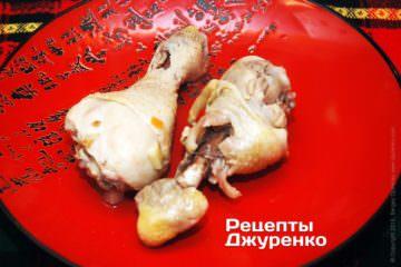 Куски курицы охладить