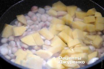 Добавить в суп картофель, нарезанный кубиками