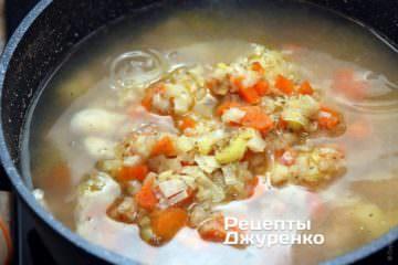 Додати тушковані овочі в томатний суп з квасолею