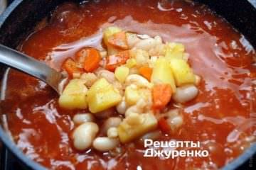 Варить томатный суп с фасолью несколько минут