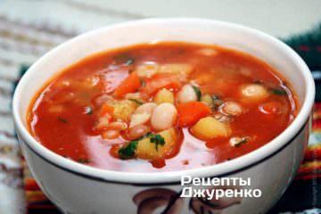 Суп с фасолью разлить по тарелкам