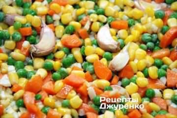 Добавить зеленый горошек и консервированную кукурузу