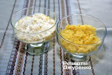 Викласти відварену і натерту на тертку картоплю, змастити невеликою кількістю майонезу